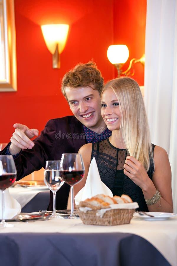 Pares de sorriso que olham o outro lado no restaurante imagens de stock royalty free