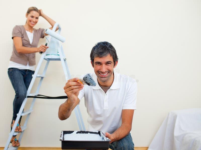 Download Pares De Sorriso Que Pintam Uma Parede Foto de Stock - Imagem de alegria, pintura: 12810432