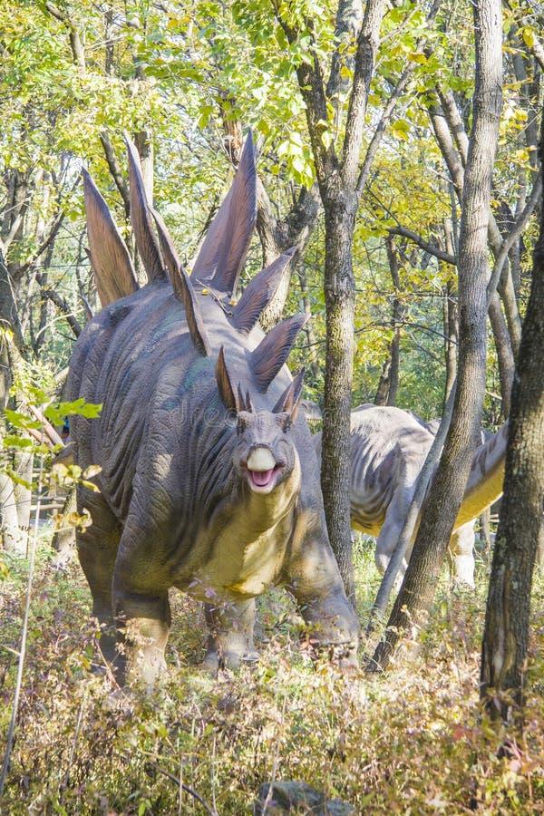 Pares de Stegosaurus foto de stock