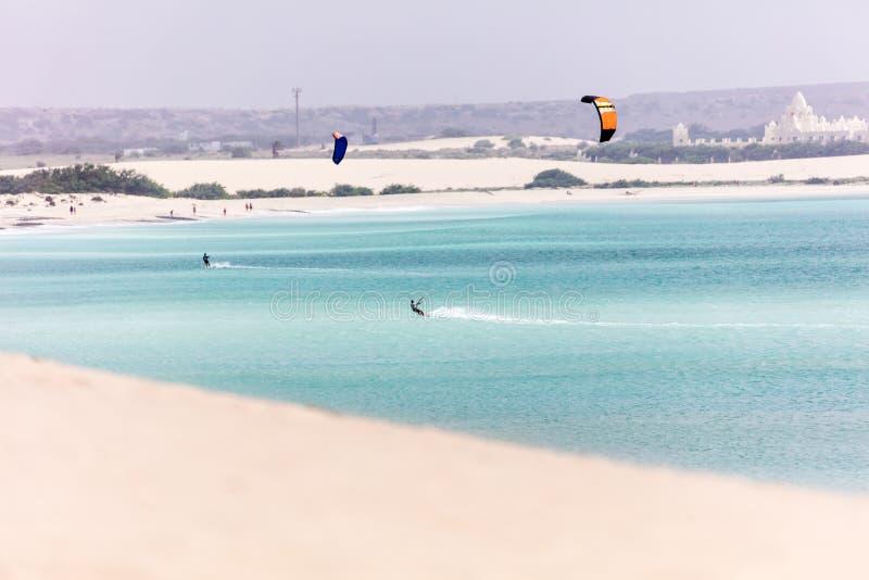 Pares de surfistas do papagaio e de oceano azul imagens de stock royalty free
