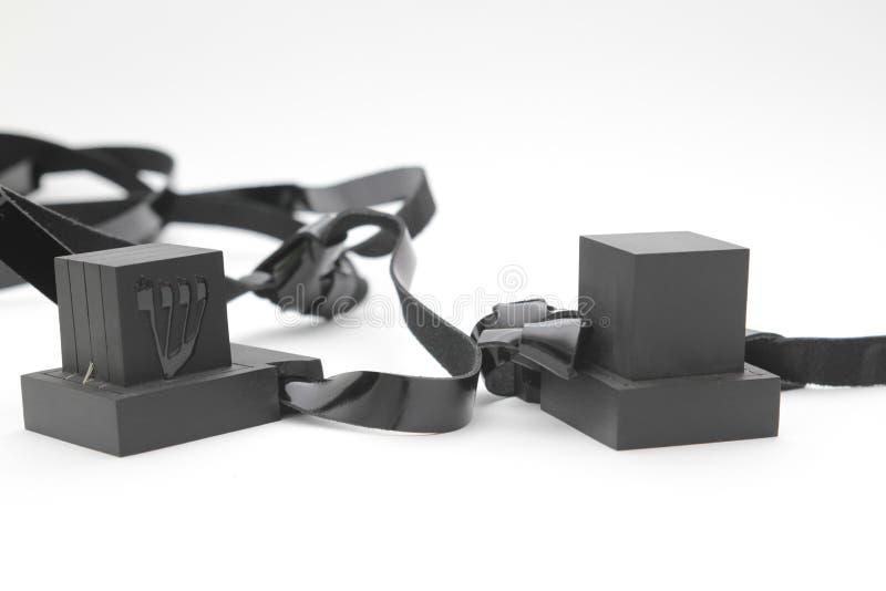 Pares de tefilin y símbolo de la gente judía, un par de Tallit A de tefillin con las correas negras, aislado en un fondo blanco,  foto de archivo libre de regalías