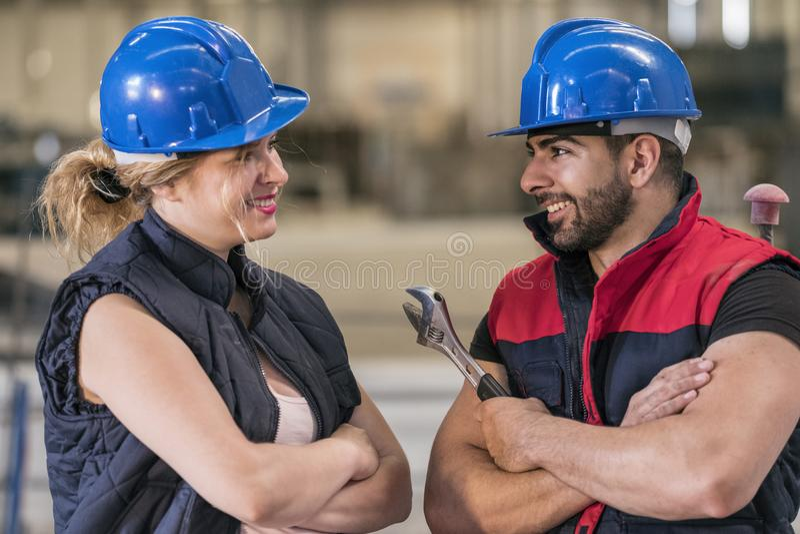 Pares de trabalhadores da construção que falam e que têm uma ruptura imagens de stock royalty free