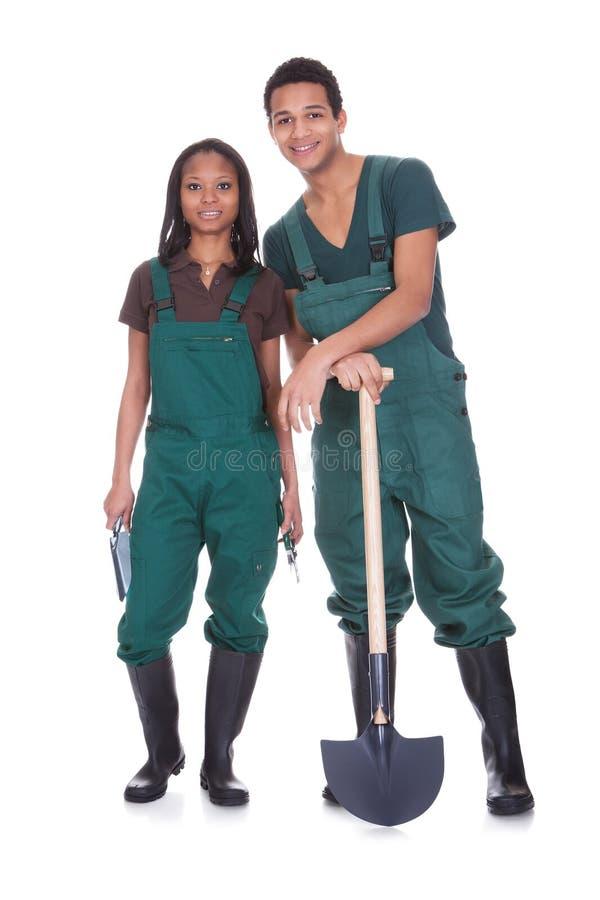 Pares de trabalhadores do jardim fotografia de stock royalty free