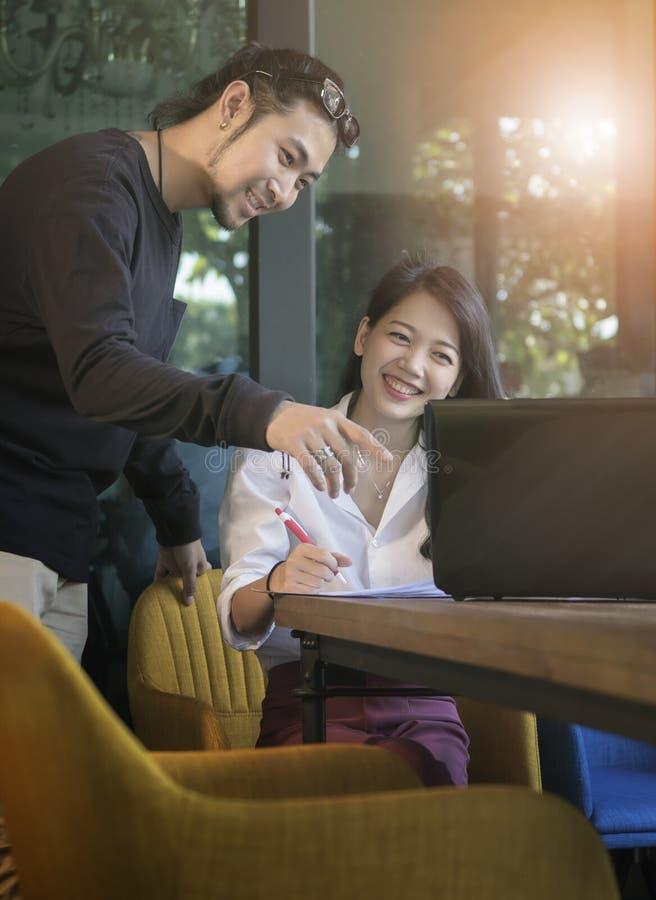 Pares de trabalho autônomo mais novo asiático com emotio da felicidade fotos de stock