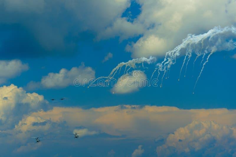 Pares de trampas la termal de los fuegos de aviones de asalto SU-27 imagen de archivo