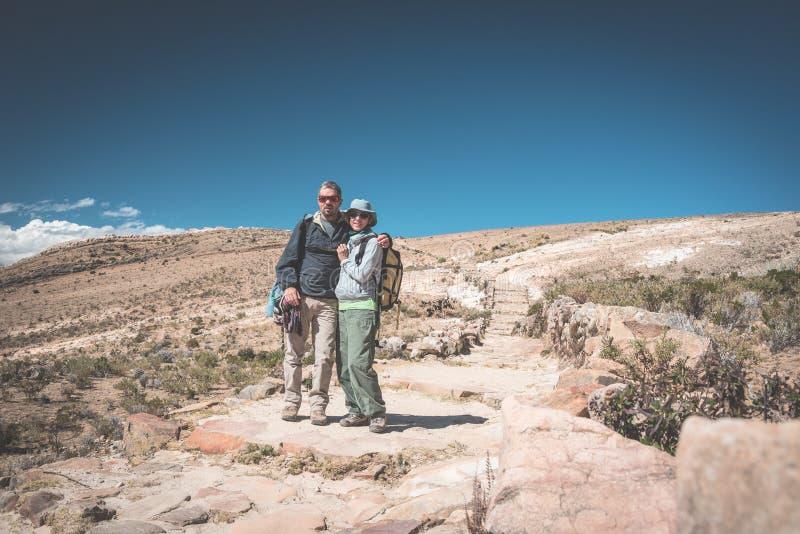 Pares de turista na ilha do Sun, lago Titicaca, Bolívia Conceitos do desejo por viajar e dos povos que viajam em todo o mundo fotos de stock royalty free