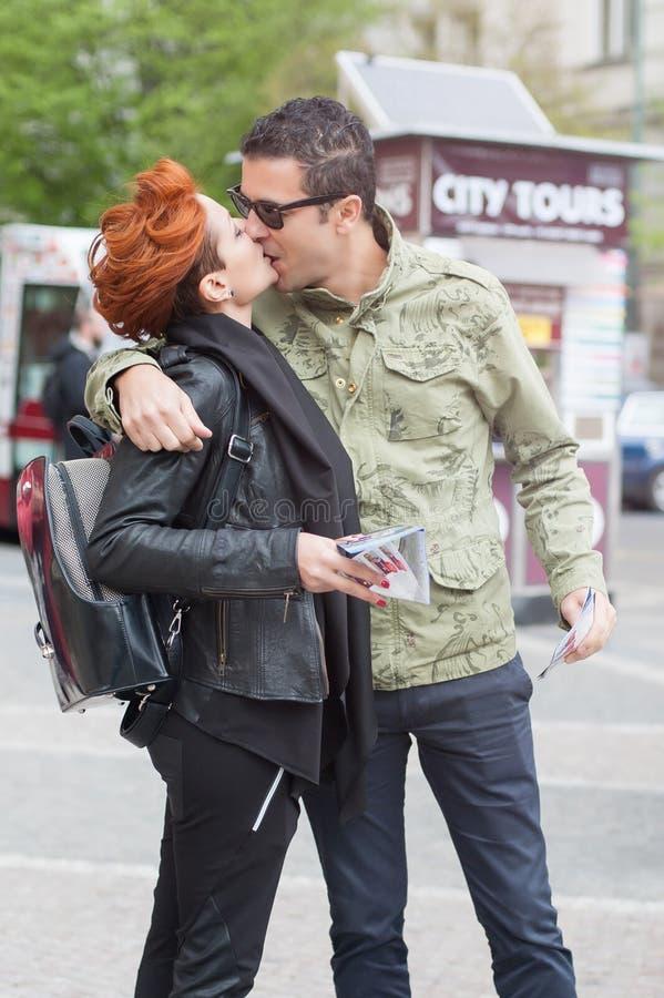 Pares de turistas que beijam na rua imagens de stock
