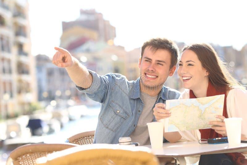 Pares de turistas que procuram o destino durante o curso fotos de stock