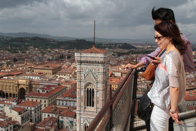 Pares de turistas sobre o domo imagem de stock