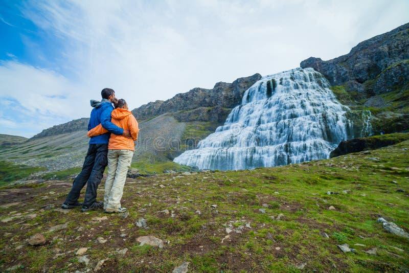 Pares de turistas y de Dynjandi. Islandia fotografía de archivo libre de regalías