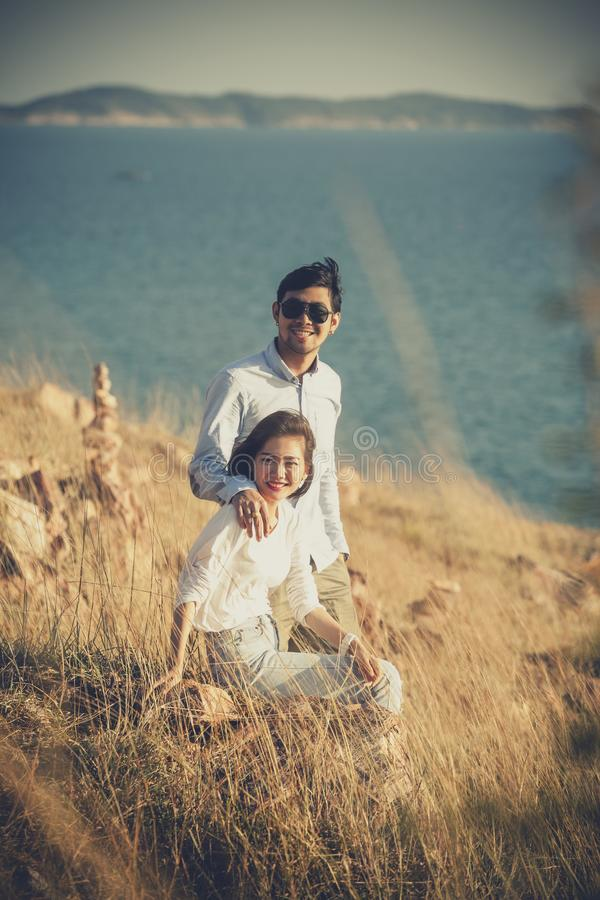 Pares de un hombre más joven y de la mujer asiáticos que se relajan con la felicidad o fotos de archivo libres de regalías