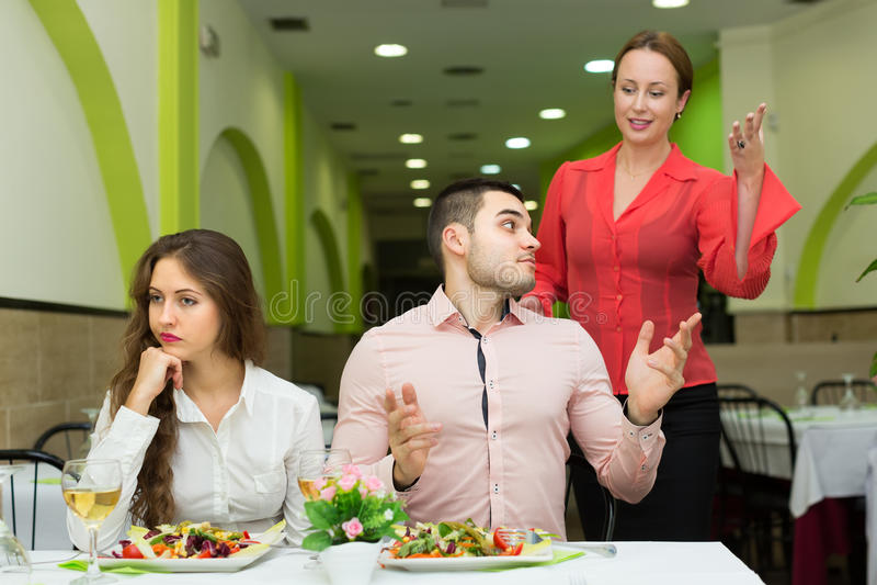 Pares de Unpleased en restaurante imagen de archivo