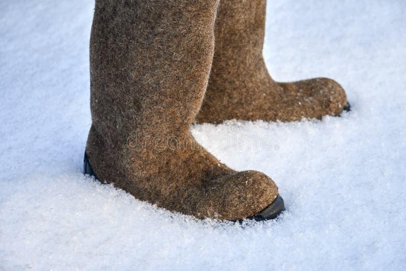 Pares de valenki sentido ruso de los zapatos del invierno en la nieve blanca foto de archivo libre de regalías