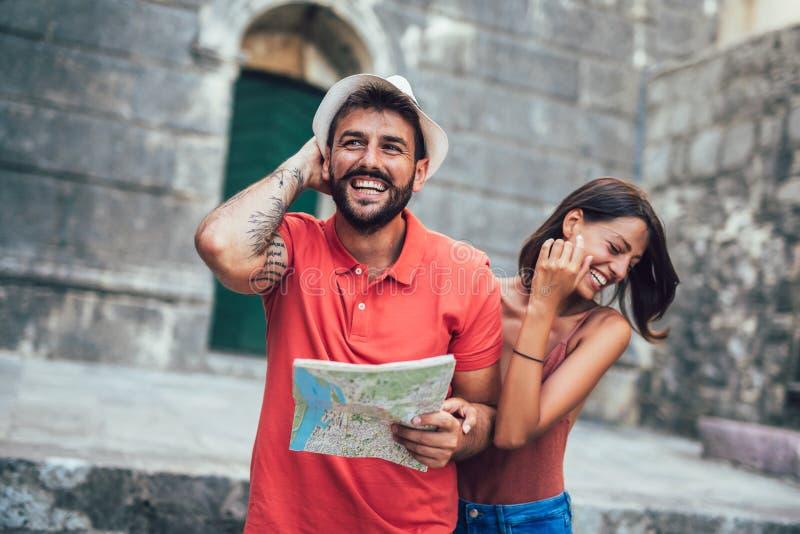 Pares de viagem de turistas que andam em torno da cidade velha foto de stock royalty free
