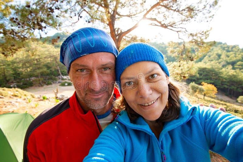 Pares de viajantes felizes que tomam o selfie nas montanhas fotografia de stock royalty free