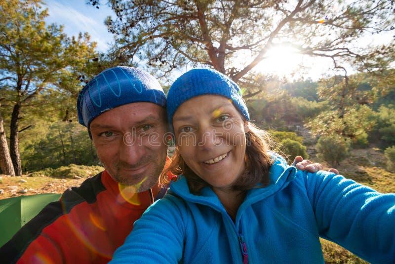 Pares de viajantes felizes que tomam o selfie nas montanhas imagem de stock royalty free