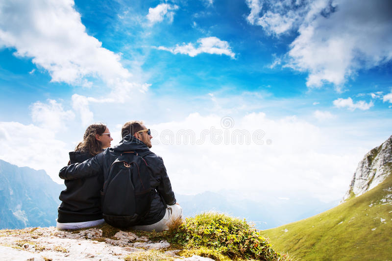 Pares de viajantes sobre uma montanha Mangart, Julian Alps, fotografia de stock