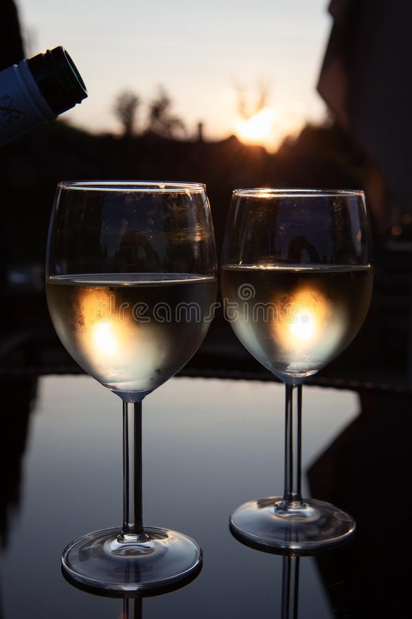 Pares de vidrios de vino imágenes de archivo libres de regalías