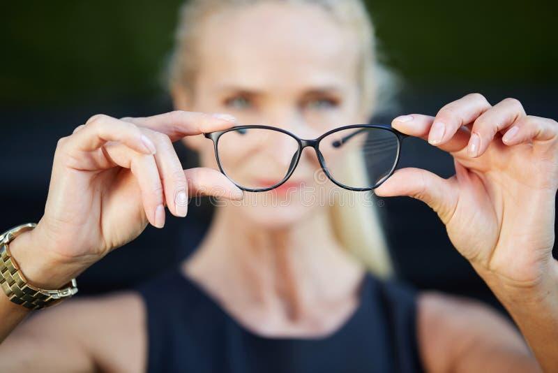 Pares de vidros no quadro preto fotografia de stock