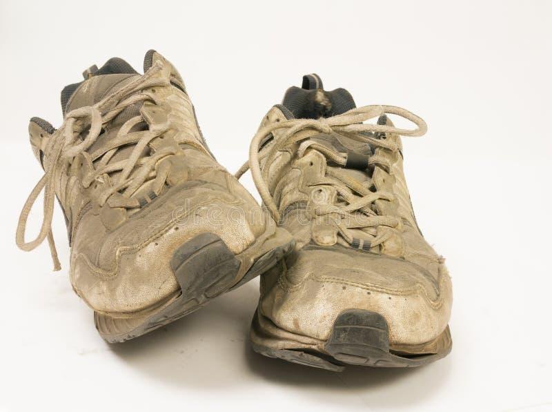 Pares de zapatillas deportivas muy sucios imagen de archivo libre de regalías