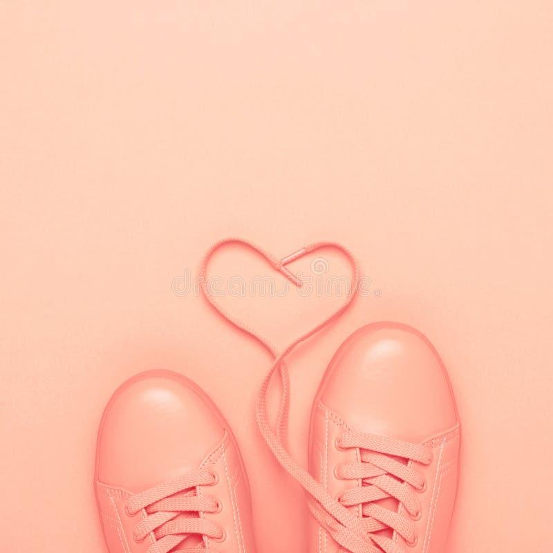 Pares de zapatos coralinos en el fondo coralino foto de archivo libre de regalías