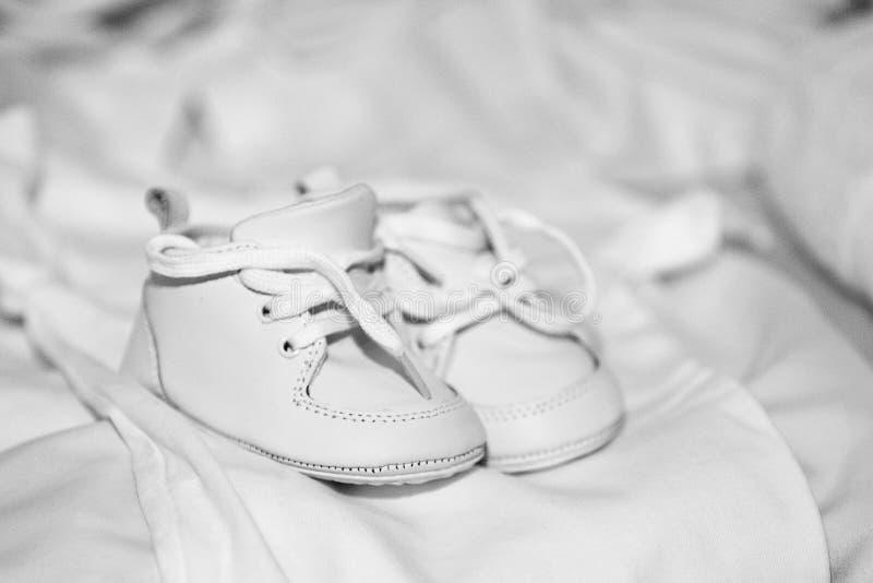 Pares de zapatos de bebé blancos imágenes de archivo libres de regalías