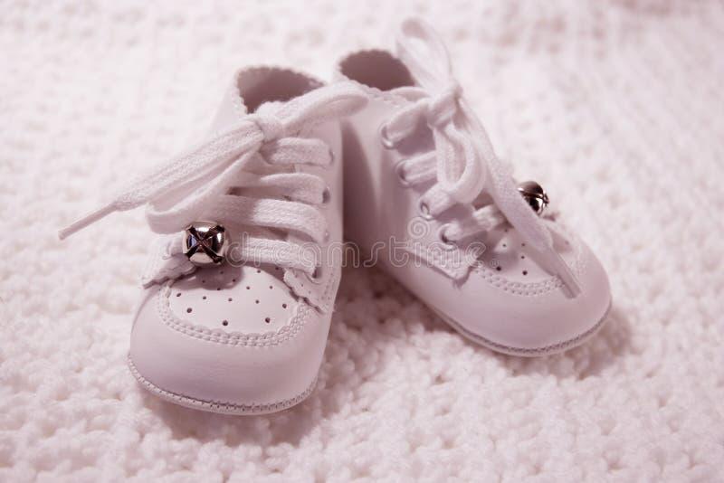 Pares de zapatos de bebé en color de rosa foto de archivo libre de regalías