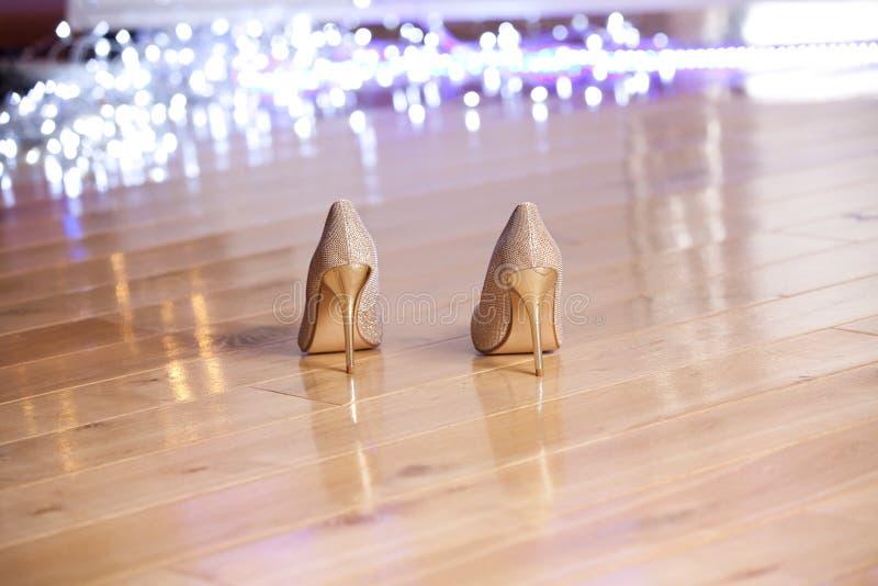 Pares de zapatos de tacón alto elegantes del ` s de las mujeres del oro fotos de archivo libres de regalías