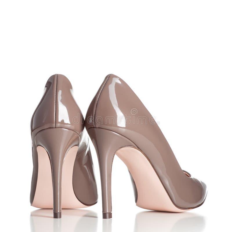 Pares de zapatos femeninos marrones del tacón alto imagenes de archivo