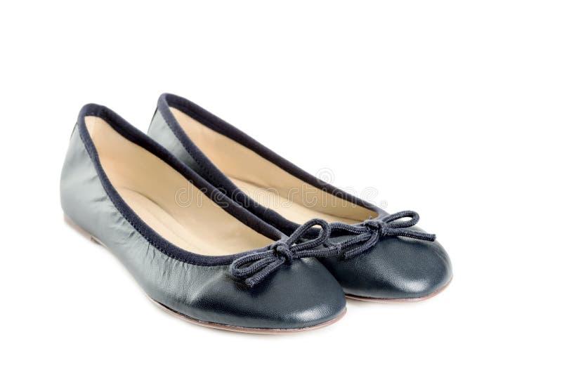 Pares de zapatos femeninos sobre el espacio blanco de la copia del fondo imagen de archivo libre de regalías