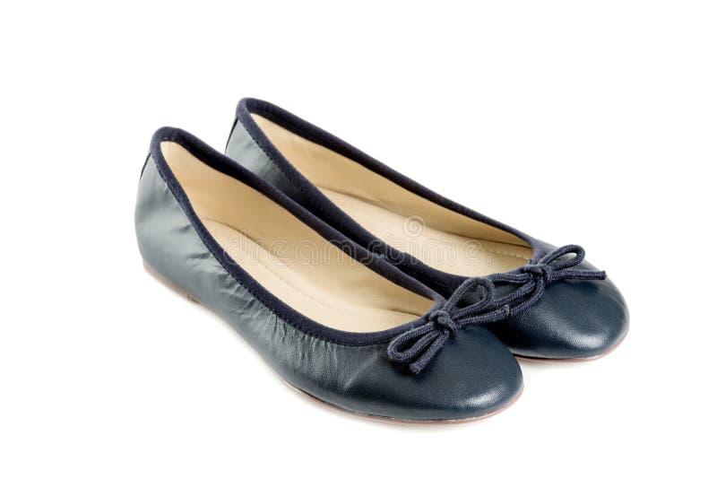 Pares de zapatos femeninos sobre la opinión blanca de lado izquierdo del fondo fotografía de archivo libre de regalías