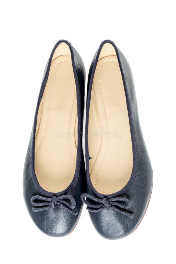 Pares de zapatos femeninos sobre la opinión superior del fondo blanco imagenes de archivo