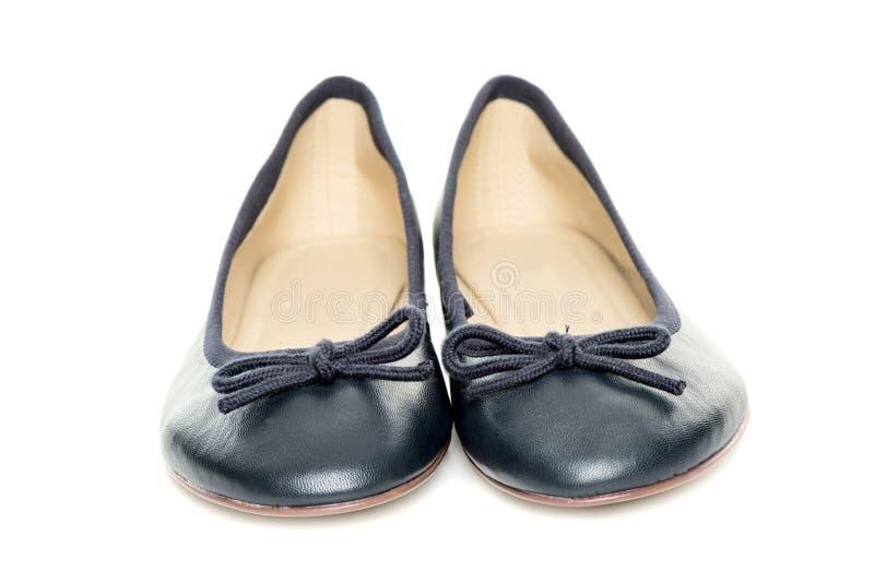 Pares de zapatos femeninos sobre vista delantera del fondo blanco imagen de archivo libre de regalías