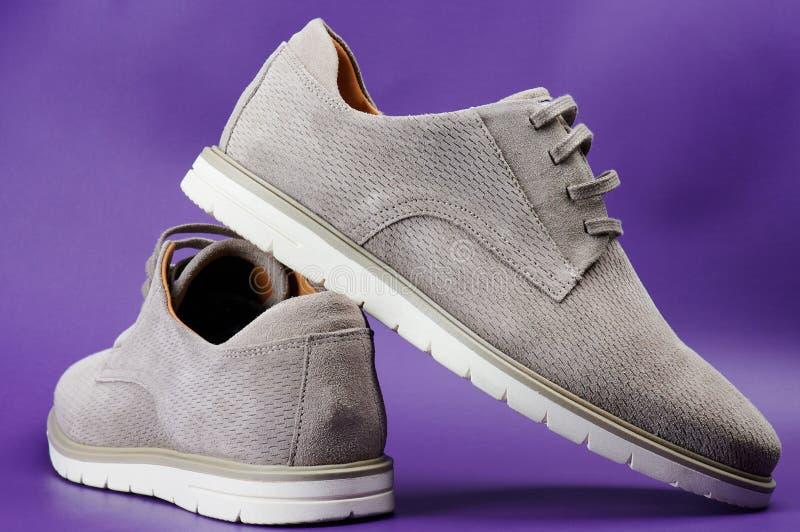 Pares de zapatos grises elegantes imagen de archivo libre de regalías