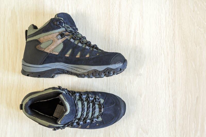 Pares de zapatos de moda modernos en fondo de madera Visión superior imagen de archivo libre de regalías