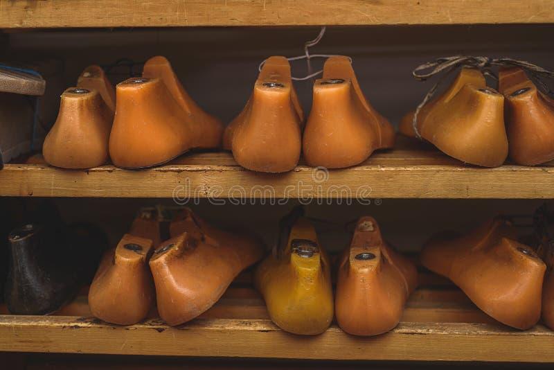 Pares de zapatos pasados plásticos fotos de archivo