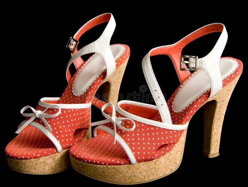 Pares de zapatos rojos del alto talón imagenes de archivo