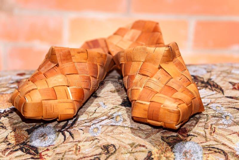 Pares de zapatos rusos de la estopa en el paño modelado foto de archivo libre de regalías