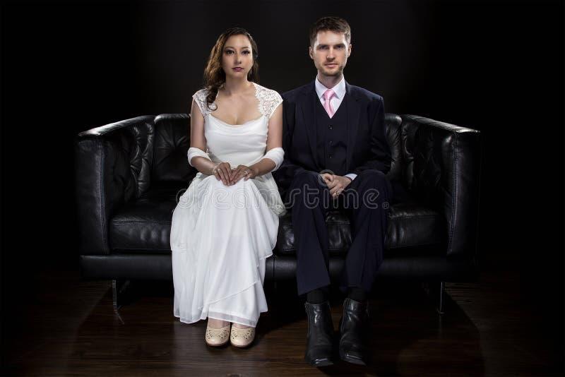 Pares dedicados que modelan Art Deco Style Wedding Suit y el vestido fotos de archivo libres de regalías