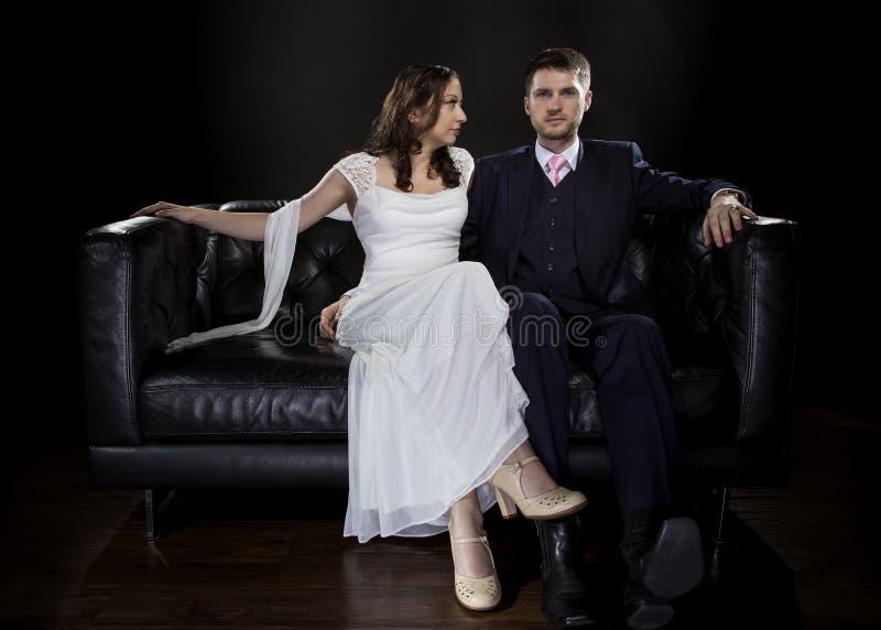 Pares dedicados que modelan Art Deco Style Wedding Suit y el vestido imagen de archivo libre de regalías