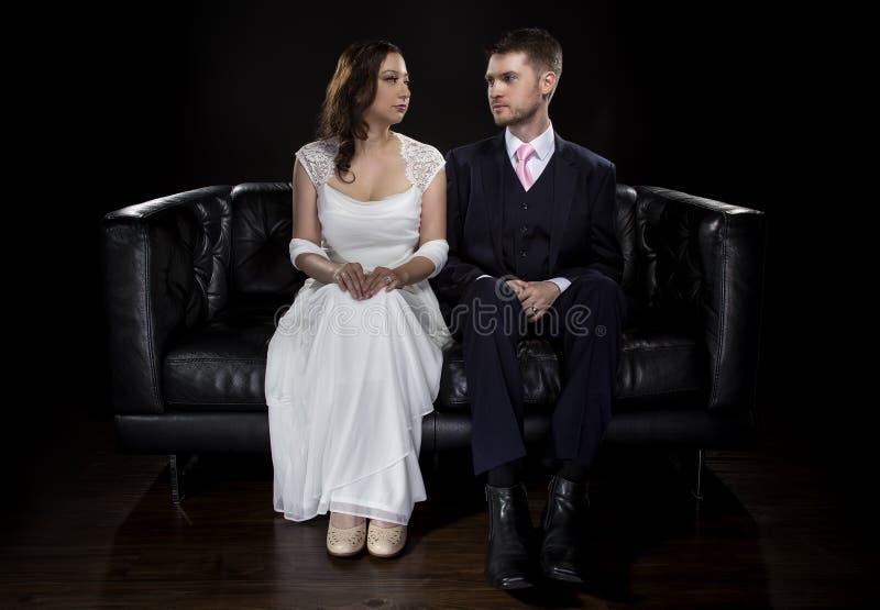 Pares dedicados que modelan Art Deco Style Wedding Suit y el vestido fotos de archivo