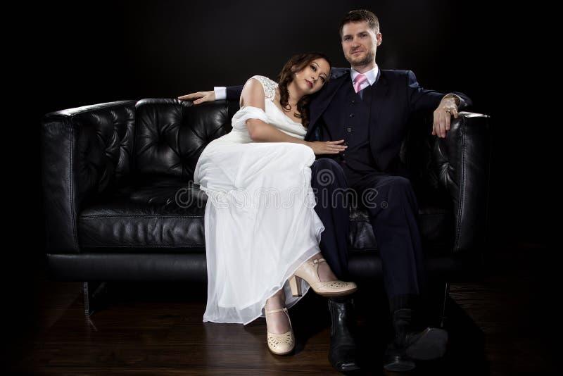 Pares dedicados que modelan Art Deco Style Wedding Suit y el vestido imágenes de archivo libres de regalías