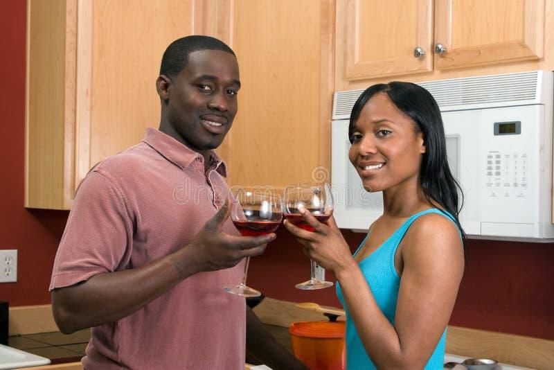 Pares del afroamericano con el vino - horizontal imagen de archivo