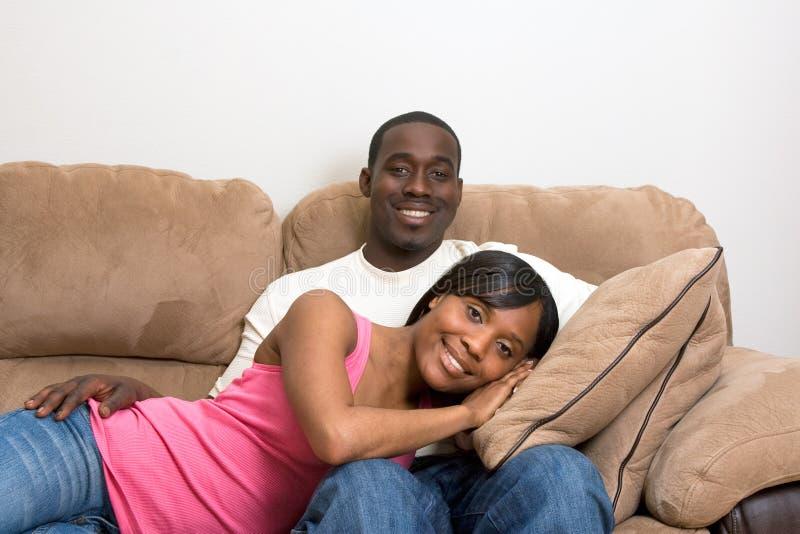 Pares del afroamericano en su sala de estar imagen de archivo