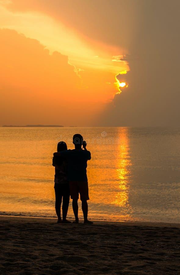 Pares del amante en la playa foto de archivo