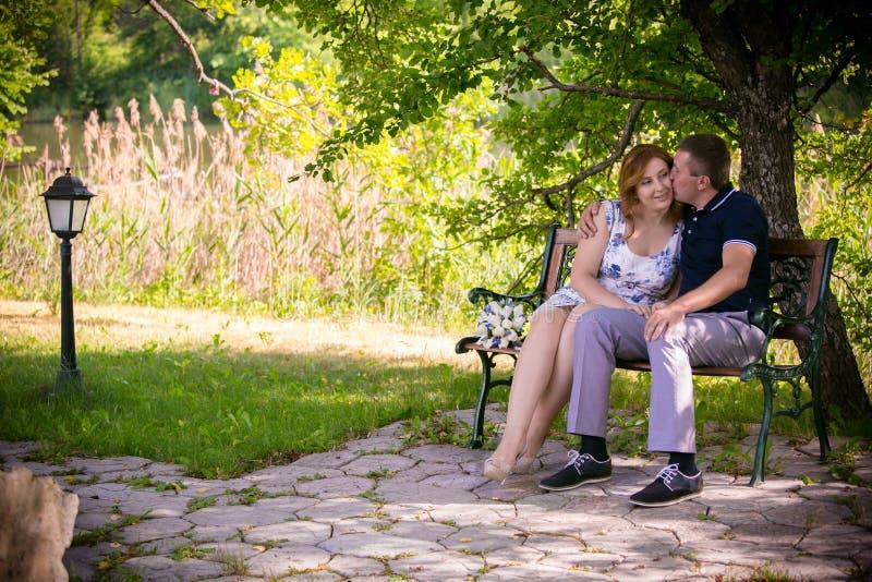 Pares del amor en parque fotografía de archivo