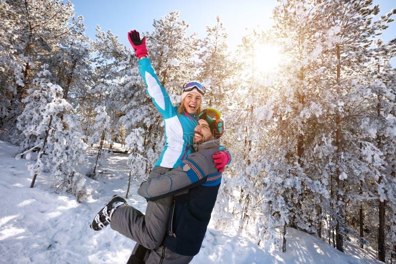 Pares del amor que se divierten en naturaleza del invierno imágenes de archivo libres de regalías