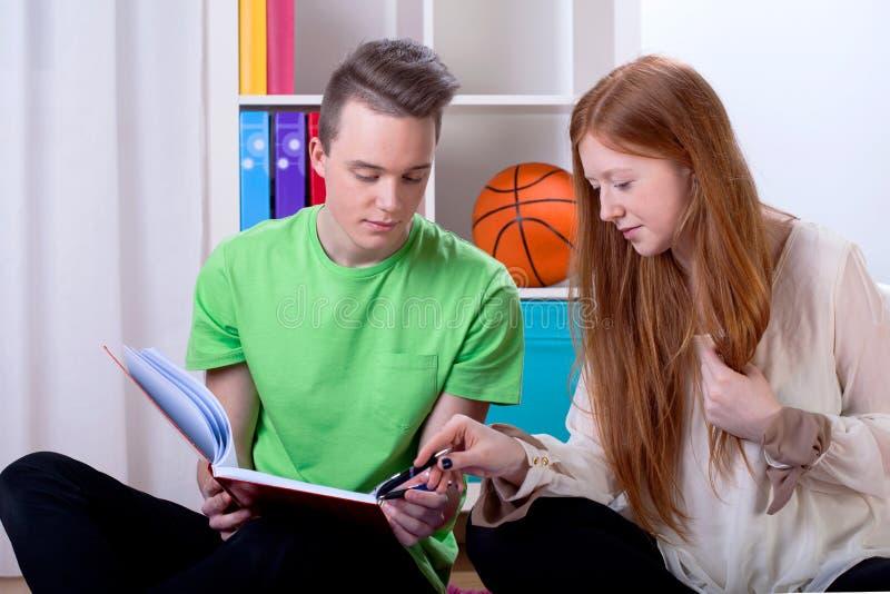 Pares del aprendizaje de los adolescentes imagen de archivo