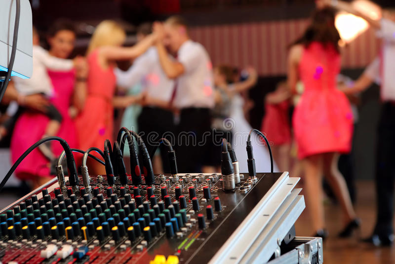 Pares del baile durante la celebración del partido o de la boda fotografía de archivo libre de regalías