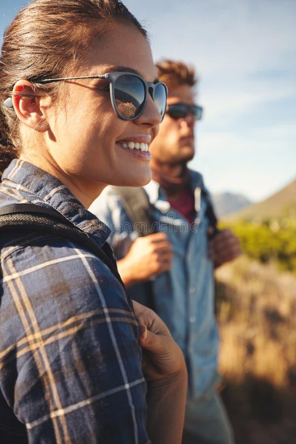 Pares del caminante que disfrutan de vacaciones en campo fotografía de archivo libre de regalías